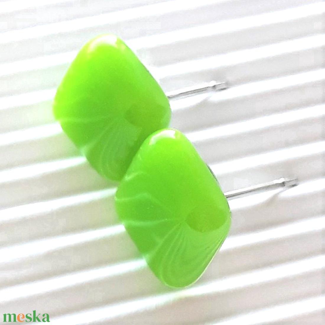 Élénk almazöld üveg kocka fülbevaló orvosi fém bedugón, üvegékszer - ékszer - fülbevaló - pötty fülbevaló - Meska.hu