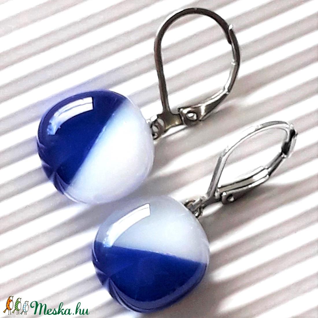 Tengerész kék-fehér lógós kocka üveg fülbevaló minimal orvosi fém alapon, üvegékszer - ékszer - fülbevaló - lógó fülbevaló - Meska.hu