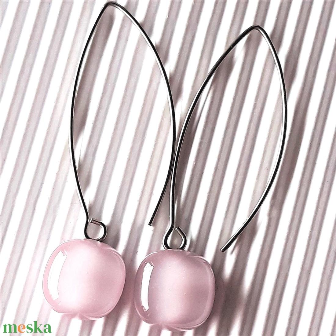 Sápadt rózsaszín üveg rombusz fülbevaló orvosi fém design akasztón, minimal üvegékszer - ékszer - fülbevaló - lógó fülbevaló - Meska.hu