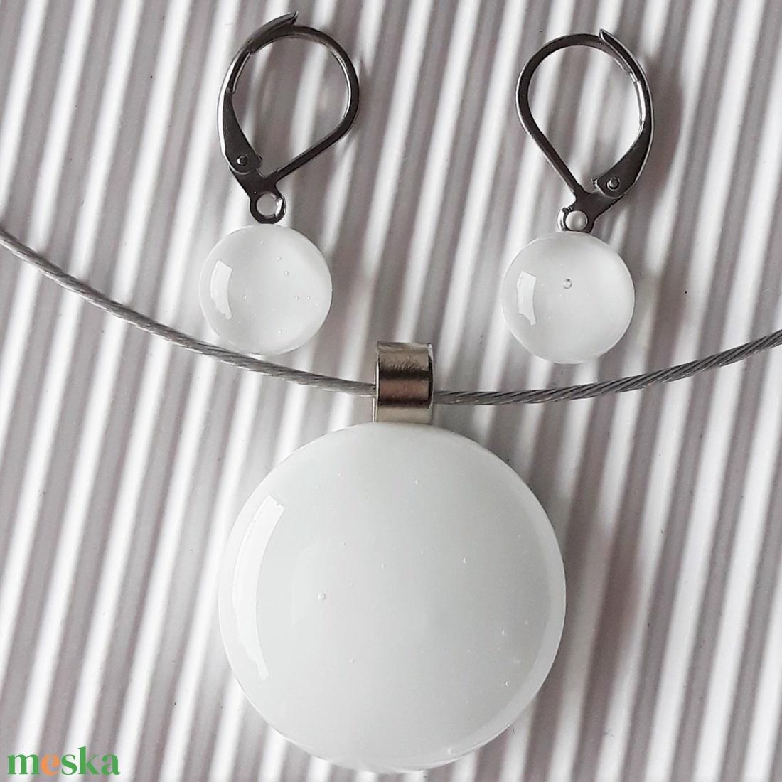 Selymesfehér kerek üveg medál és fülbevaló franciakapcsos akasztón, NEMESACÉL, üvegékszer szett - ékszer - ékszerszett - Meska.hu