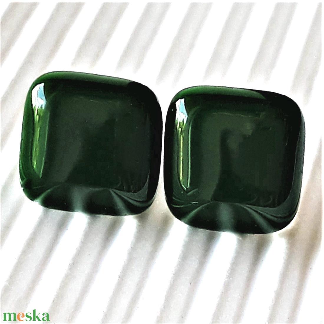 Orvosi fém alapon sötét fenyőzöld üveg kocka fülbevaló, üvegékszer - ékszer - fülbevaló - pötty fülbevaló - Meska.hu
