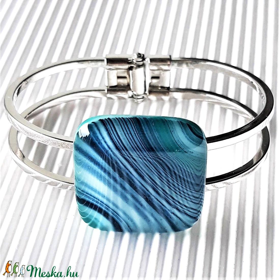 Smaragd-kék selyemcsillám üveg kocka karkötő platina bevonatú karperecen, üvegékszer - ékszer - karkötő - karkötő medállal - Meska.hu