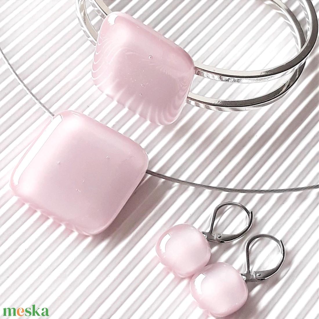 Sápadt rózsaszín üveg rombusz medál, karkötő és franciakapcsos fülbevaló orvosi fém bedugón, üvegékszer szett - ékszer - ékszerszett - Meska.hu