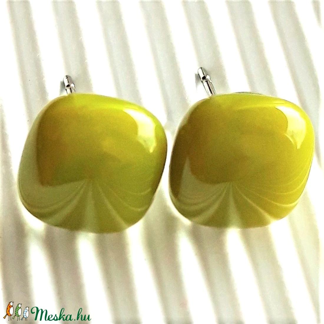 Jade sárgás-zöld üveg kocka fülbevaló orvosi fém alapon, üvegékszer - ékszer - fülbevaló - pötty fülbevaló - Meska.hu