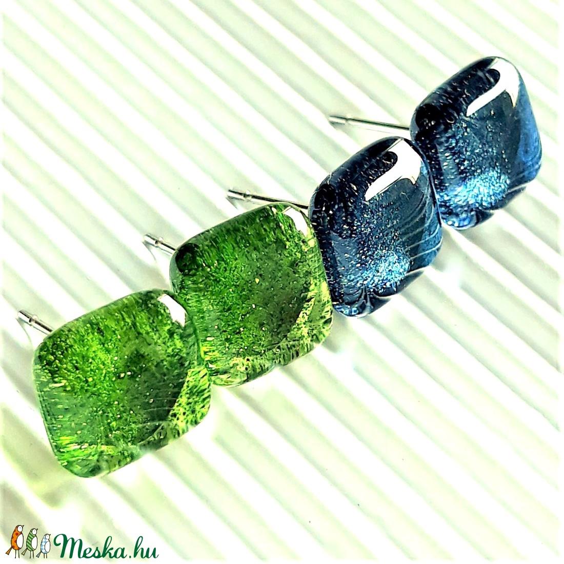 Kék-zöld csillámfény bedugós üveg fülbevalók orvosi fém alapon, üvegékszer szett - ékszer - fülbevaló - pötty fülbevaló - Meska.hu