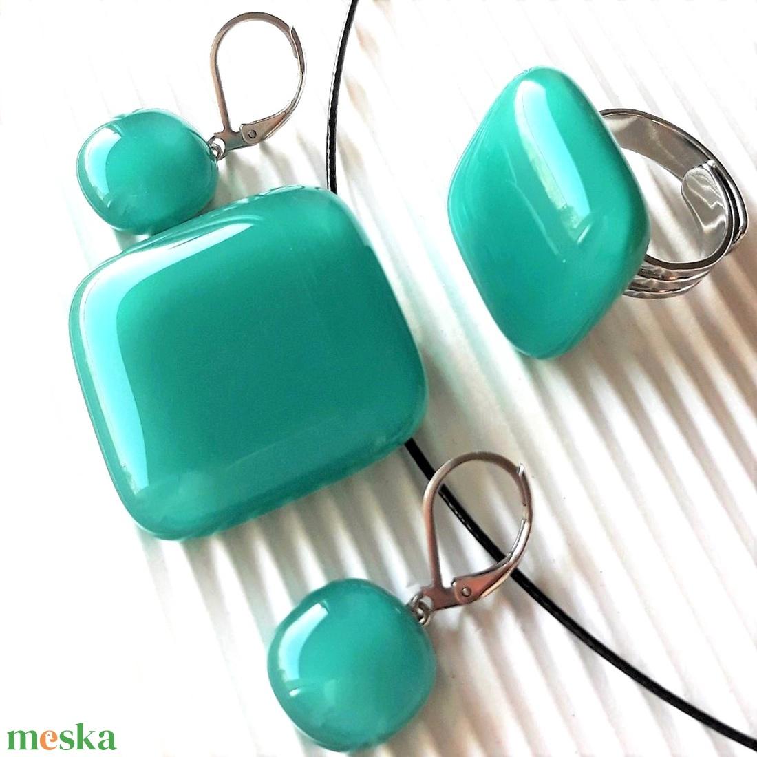 Hamvas smaragd üveg kocka medál, gyűrű és franciakapcsos fülbevaló ORVOSI FÉM akasztón, üvegékszer szett - ékszer - ékszerszett - Meska.hu
