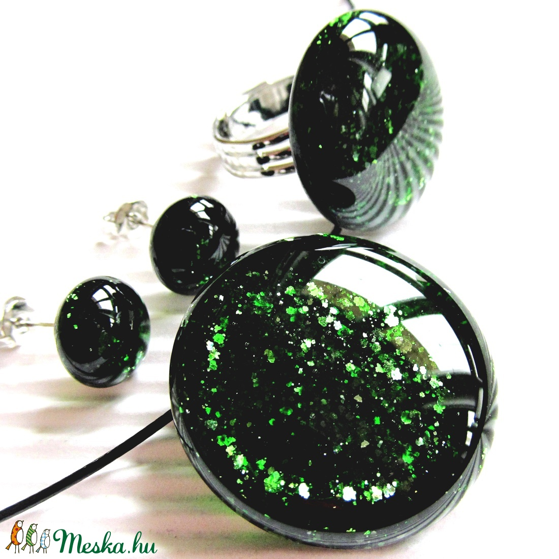Szikrázó mohaszőnyeg sötétzöld kerek üveg medál, gyűrű és fülbevaló, üvegékszer - ékszer - ékszerszett - Meska.hu
