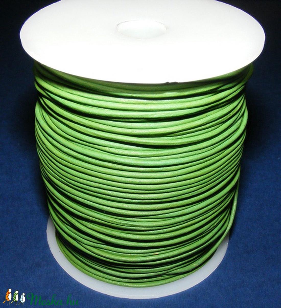 Hasított bőrszíj - 2 mm (24. minta/1 m) - fűzöld - vegyes alapanyag - egyéb alapanyag - Meska.hu
