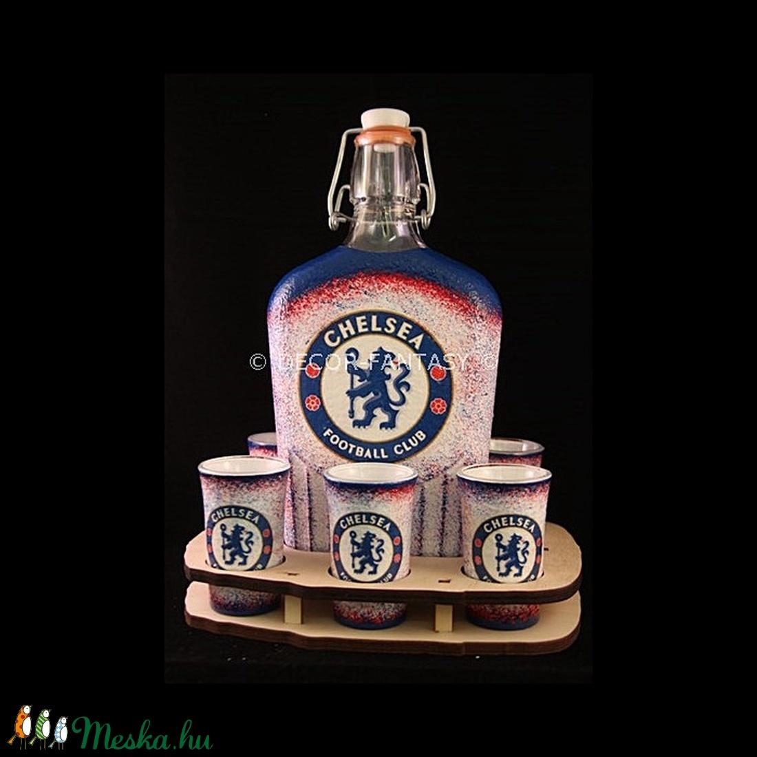 Chelsea FC emblémával díszített italos szett ( 6x45ml pohár + 0,5l üveg + tartó )  (decorfantasy) - Meska.hu