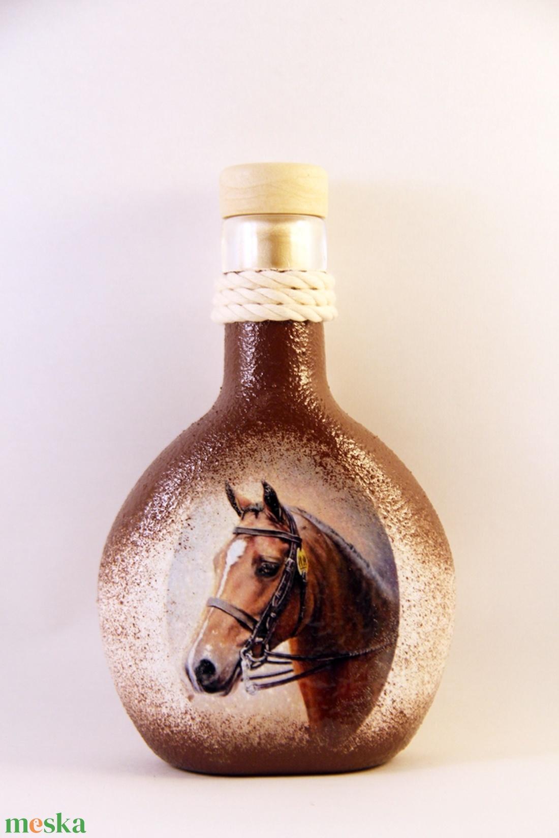 Ló motívummal díszített italos butykos ( 0,2 l )   (decorfantasy) - Meska.hu