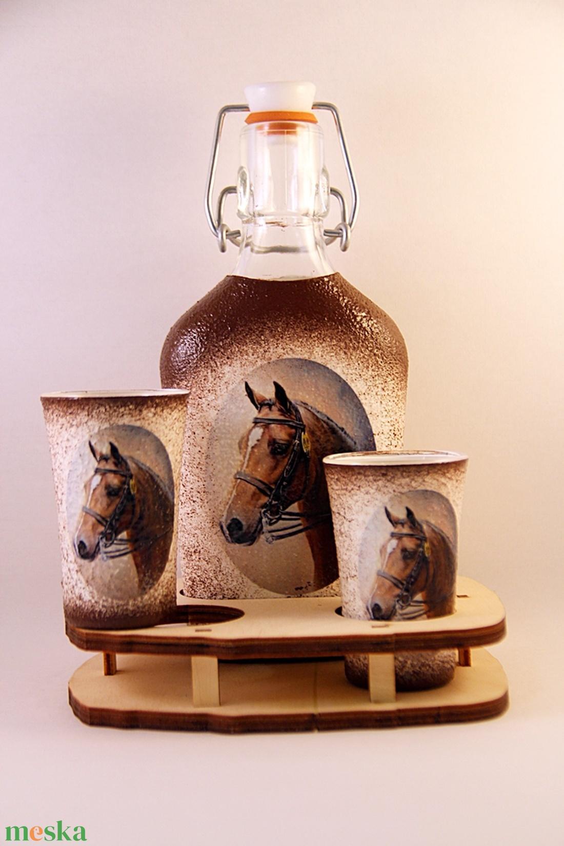 Ló motívummal díszített  pálinkás szett - 0,2 l csatos üveg + 2 x 5 ml pohár + tartó - Meska.hu