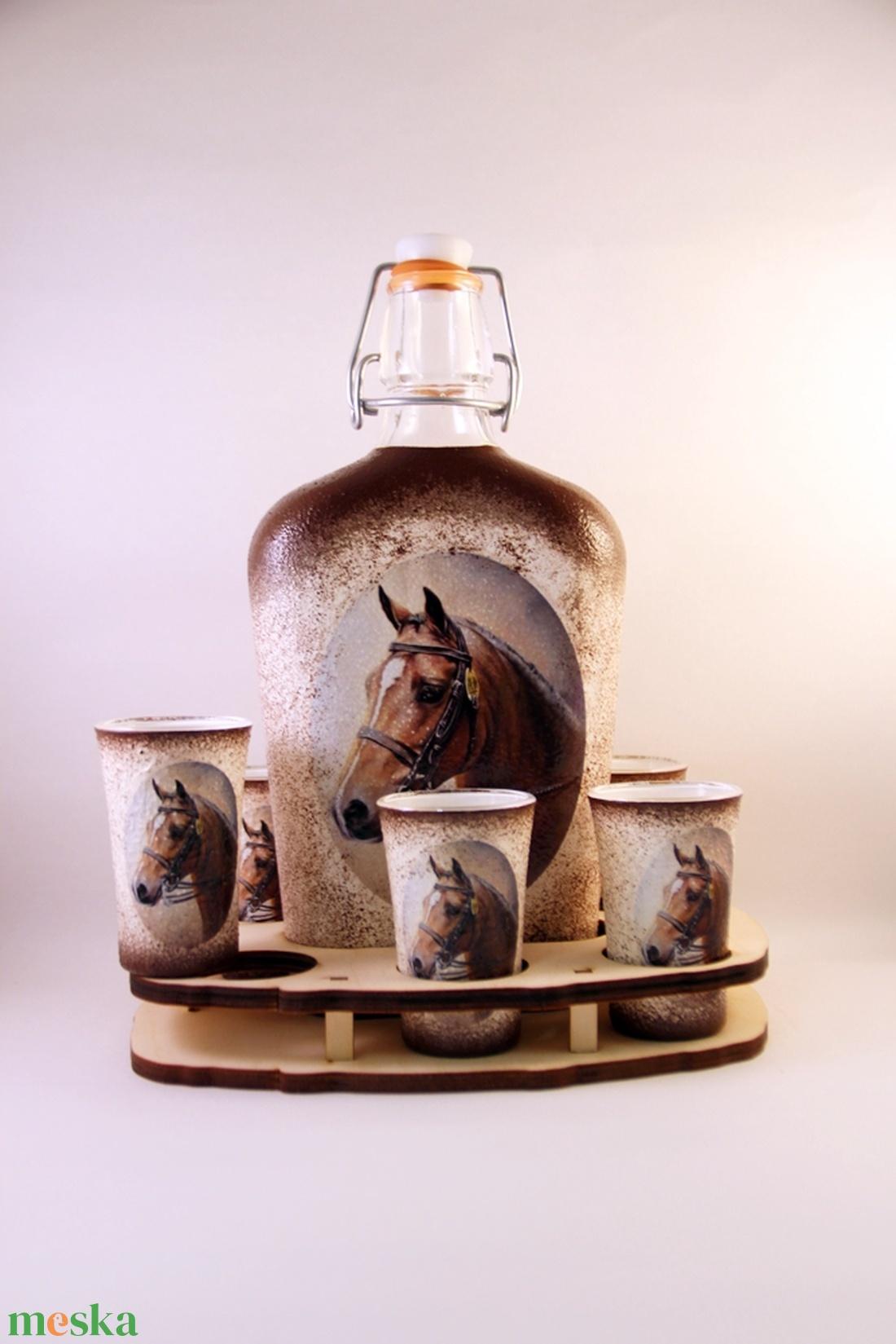 Ló motívummal díszített  pálinkás szett - 0,5 l csatos üveg + 6 x 5 ml pohár + tartó - Meska.hu