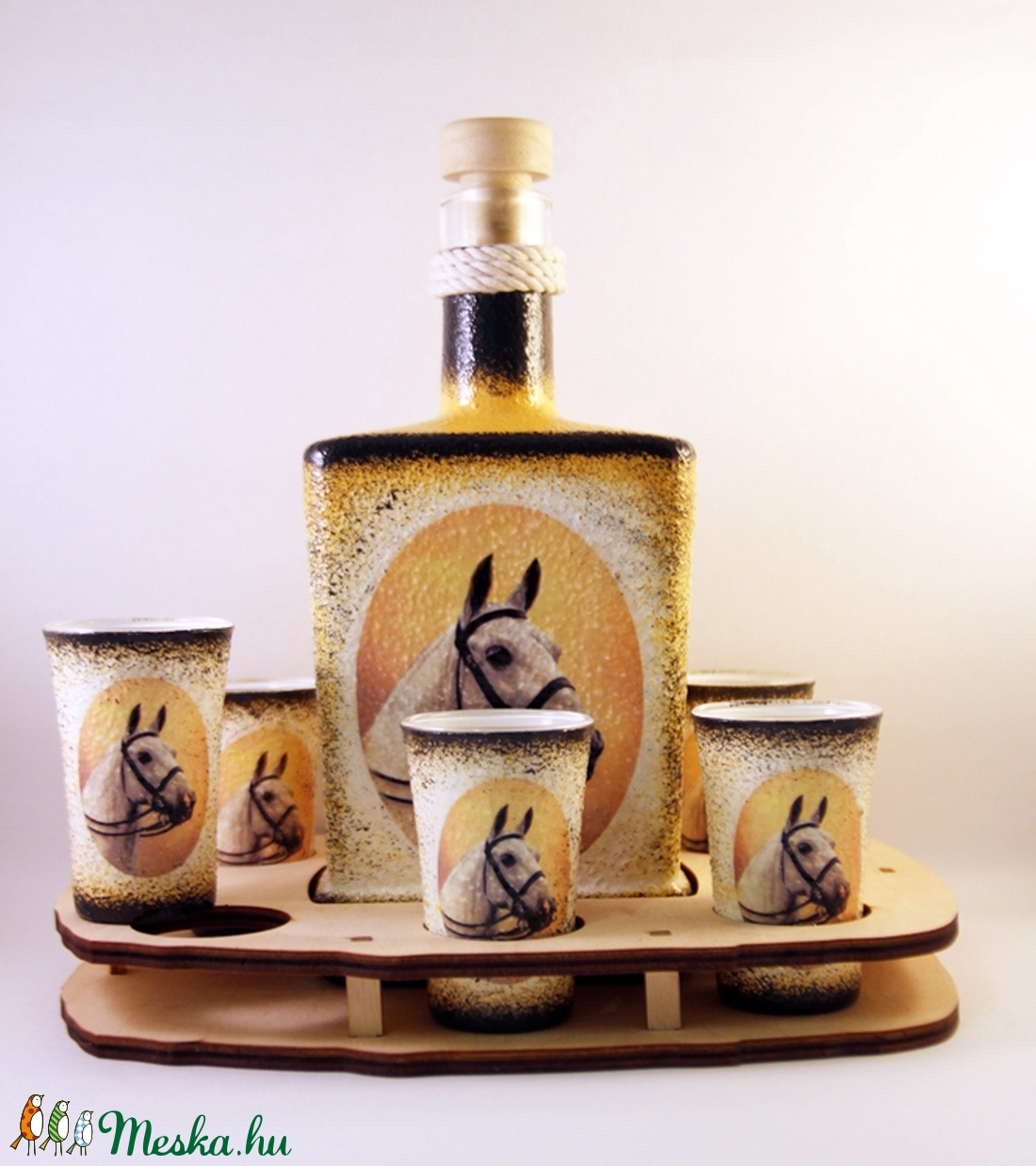 Ló motívummal díszített  pálinkás szett ( 0,5 l üveg+6x50 ml pohár +tartó )  (decorfantasy) - Meska.hu
