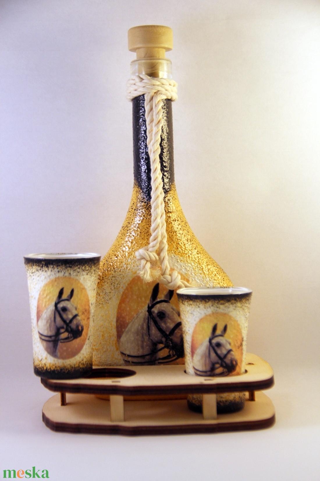 Ló motívummal díszített  pálinkás szett II. ( 0,2 l üveg+2x50 ml pohár +tartó )  - Meska.hu