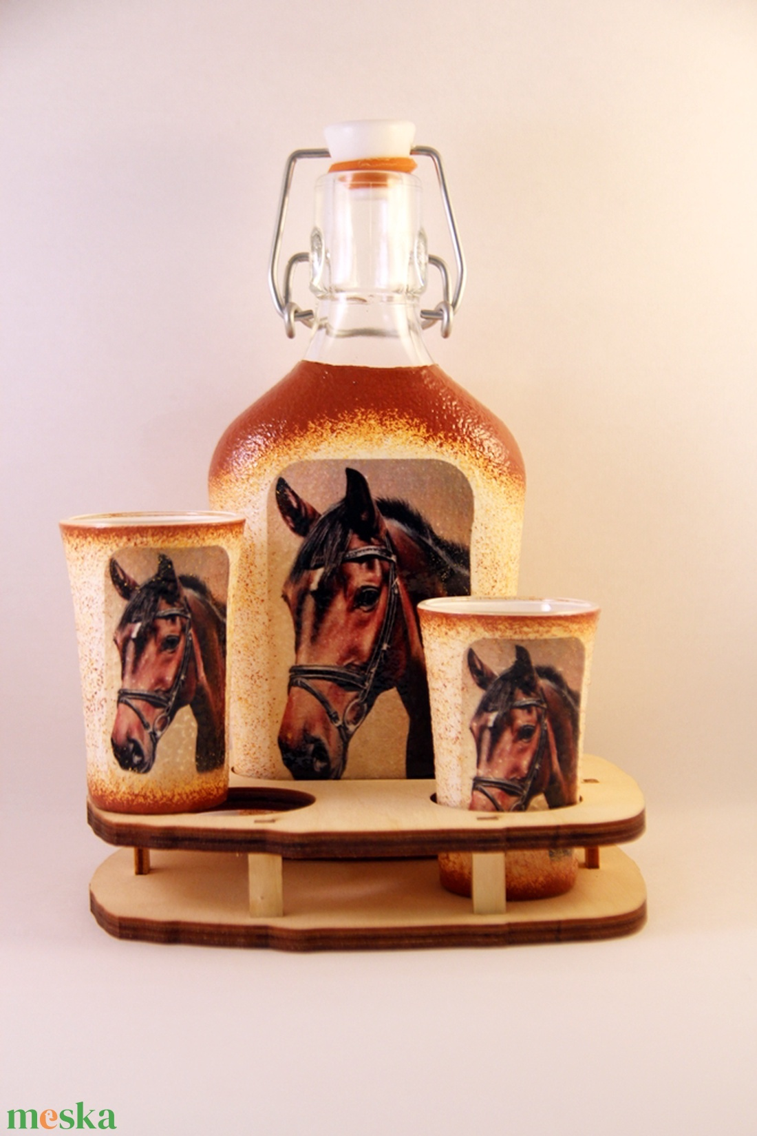 Ló motívummal díszített  pálinkás szett ( 0,2 l csatos üveg+2x50 ml pohár +tartó )  - Meska.hu