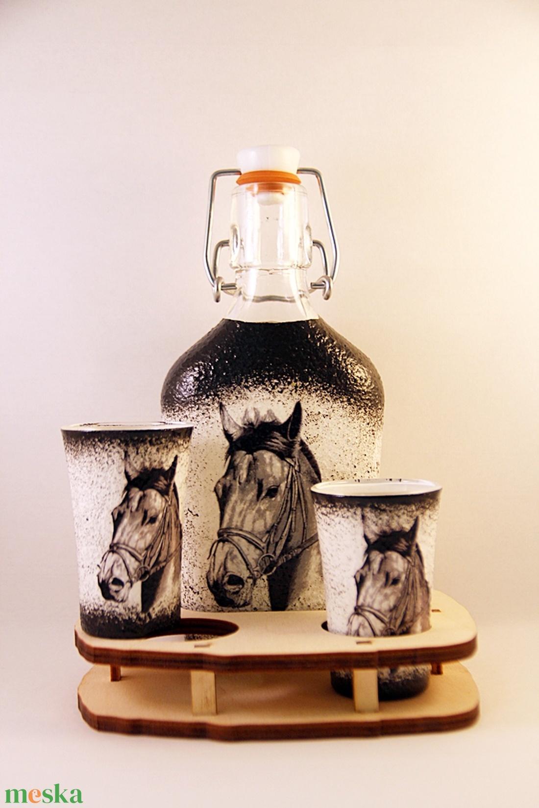 Ló motívummal díszített  pálinkás szett ( 0,2 l  üveg+2x50 ml pohár +tartó )  (decorfantasy) - Meska.hu