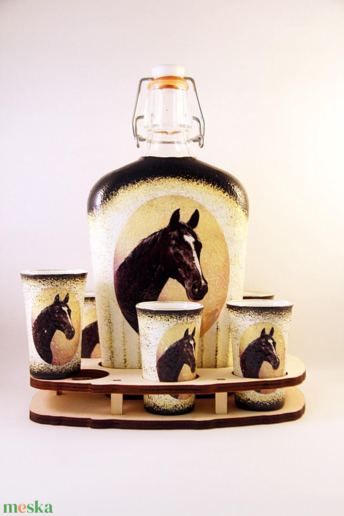 Ló motívummal díszített  pálinkás szett . ( 0,5 l üveg+6x50 ml pohár +tartó )  (decorfantasy) - Meska.hu