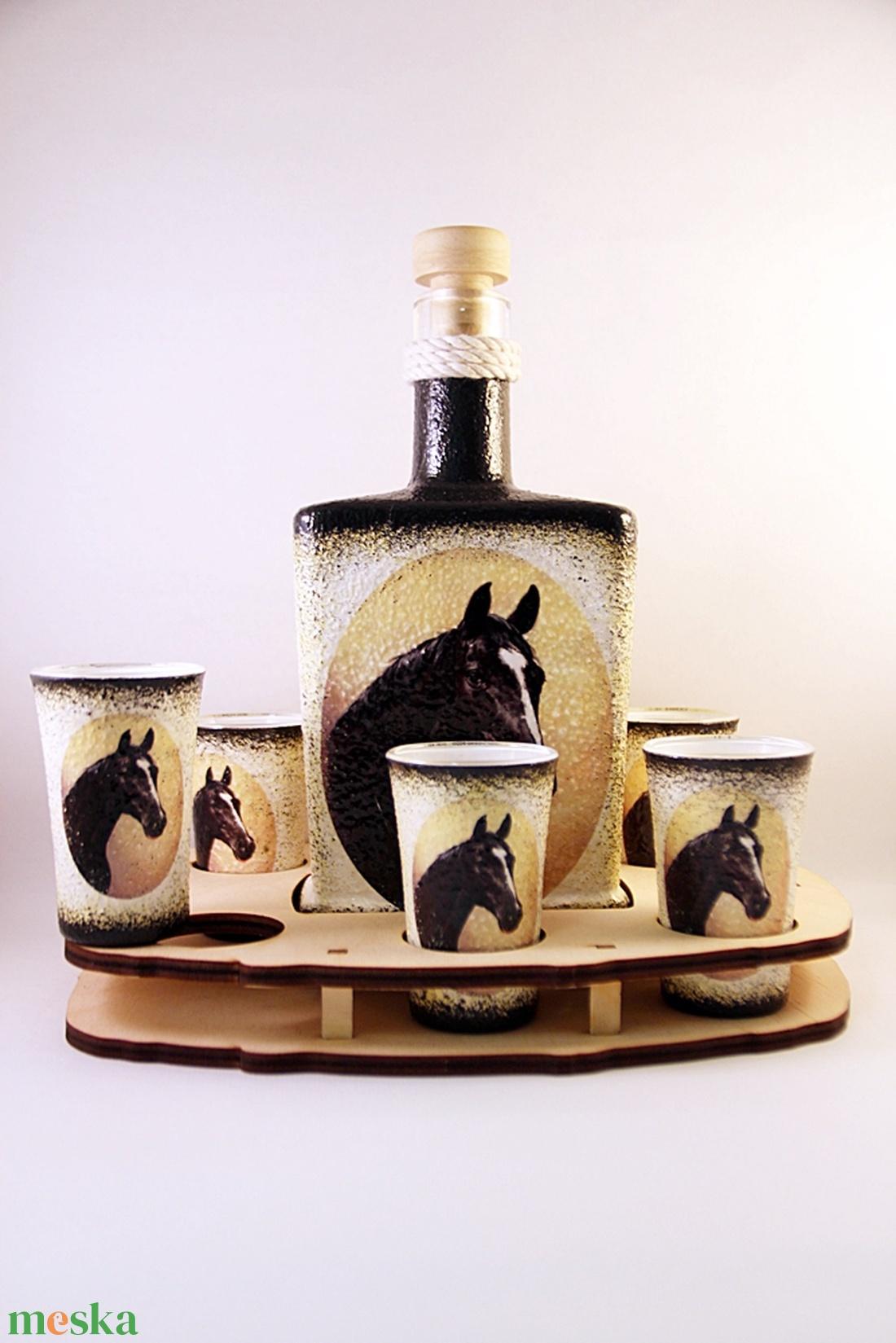 Ló motívummal díszített  pálinkás szett . ( 0,5 l üveg+6x50 ml pohár +tartó )  - Meska.hu
