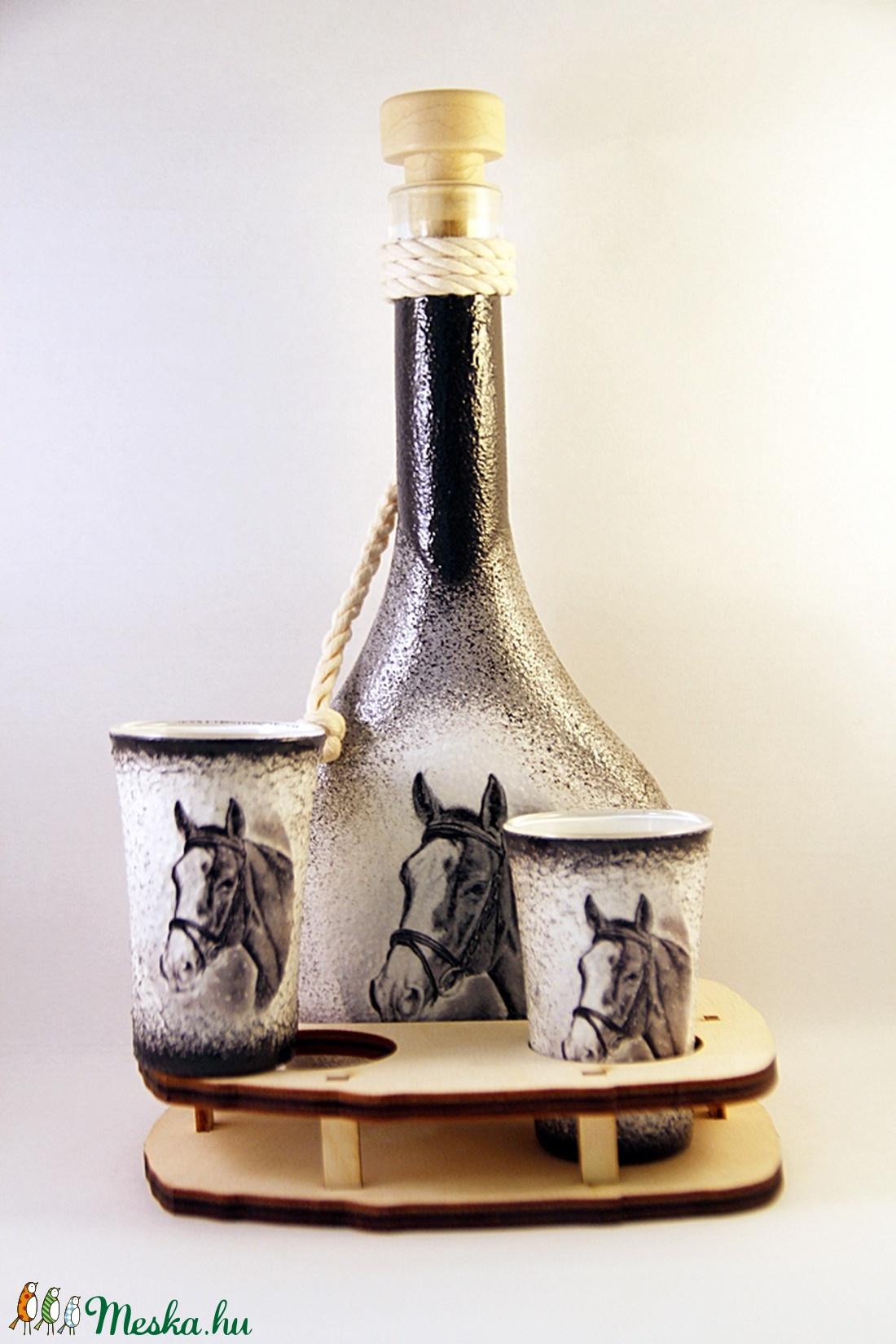 Ló motívummal díszített  pálinkás szett ( 0,2 l  üveg+2x50 ml pohár +tartó )  - Meska.hu