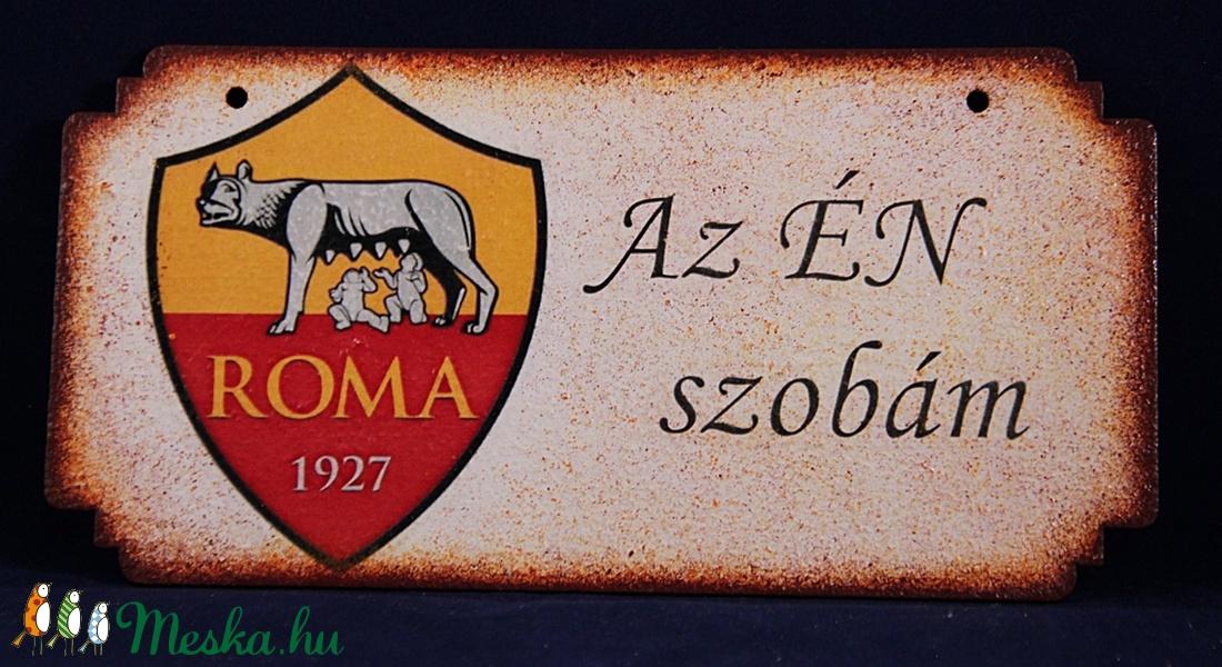 AS ROMA emblémával díszített ÉN SZOBÁM ajtódísz ; As Roma drukker fiúknak (decorfantasy) - Meska.hu