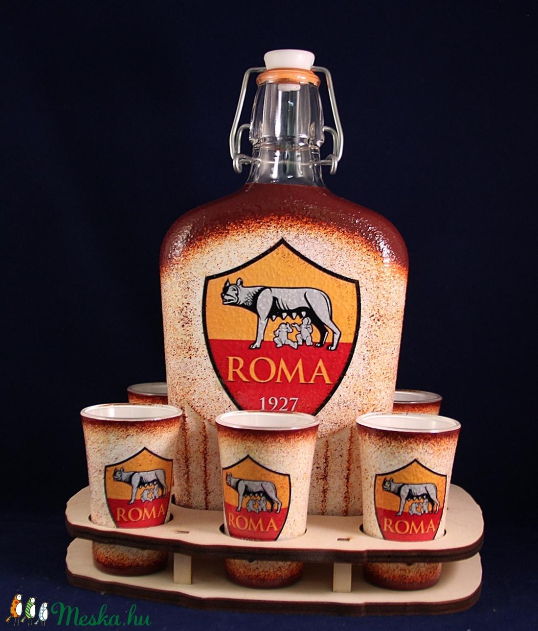 AS ROMA  emblémával díszített pálinkás szett ( 0,5 l üveg + 6x45ml pohár + tartó )  (decorfantasy) - Meska.hu