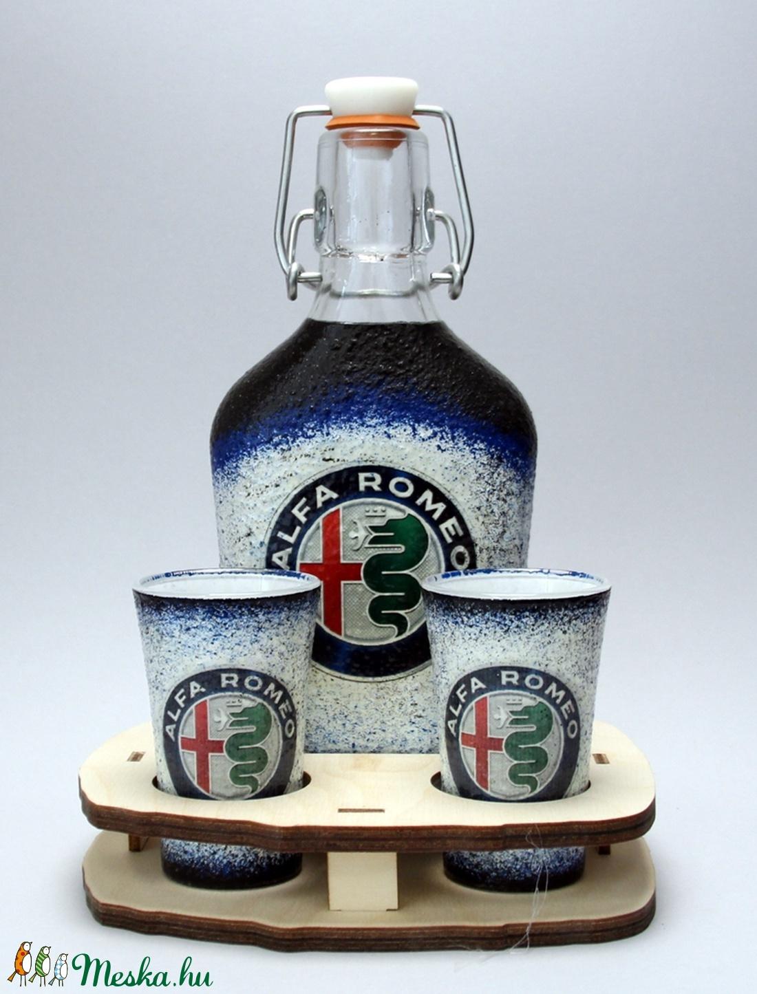 Alfa Romeo emblémával díszített italos szett(0,2l üveg+2x45ml +fatartó) márka szerelmeseinek - férjeknek -barátoknak  (decorfantasy) - Meska.hu