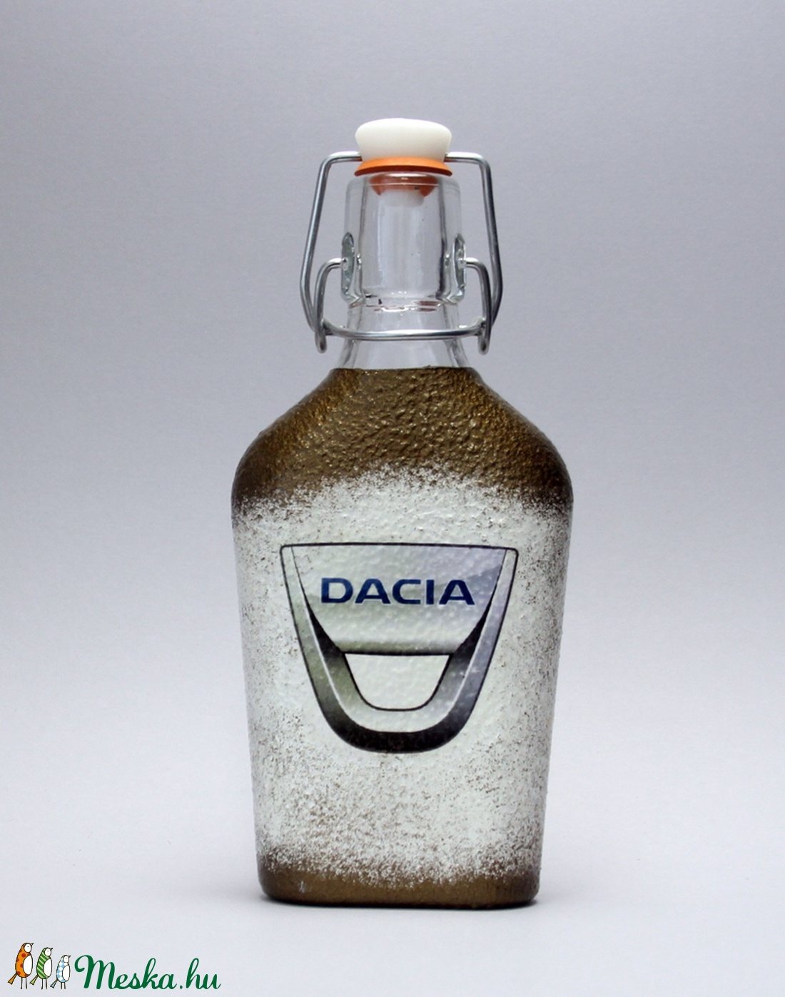 Dacia emblémával díszített csatos italos üveg(0,2l)ideális ajándék a márka szerelmeseinek - férjeknek -barátoknak  (decorfantasy) - Meska.hu