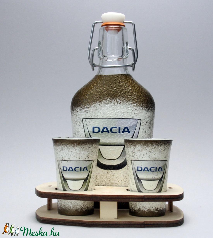 Dacia emblémával díszített italos üveg szett(0,2l üveg+6x45ml+fatartó)i a márka szerelmeseinek - férjeknek -barátoknak  (decorfantasy) - Meska.hu