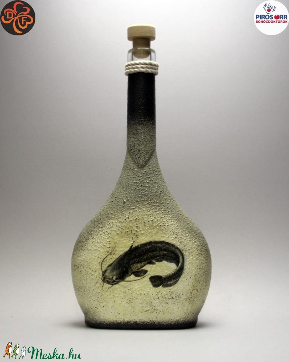 Horgász- harcsa motívummal díszített -pálinkás üveg . A horgászat szerelmeseinek . Saját fogások fotóival is ! - Meska.hu