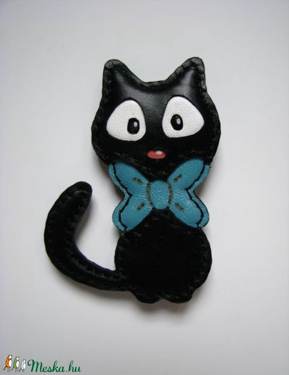 Fekete cica piros és türkiz masnis bőr bross b15d7ff8eb