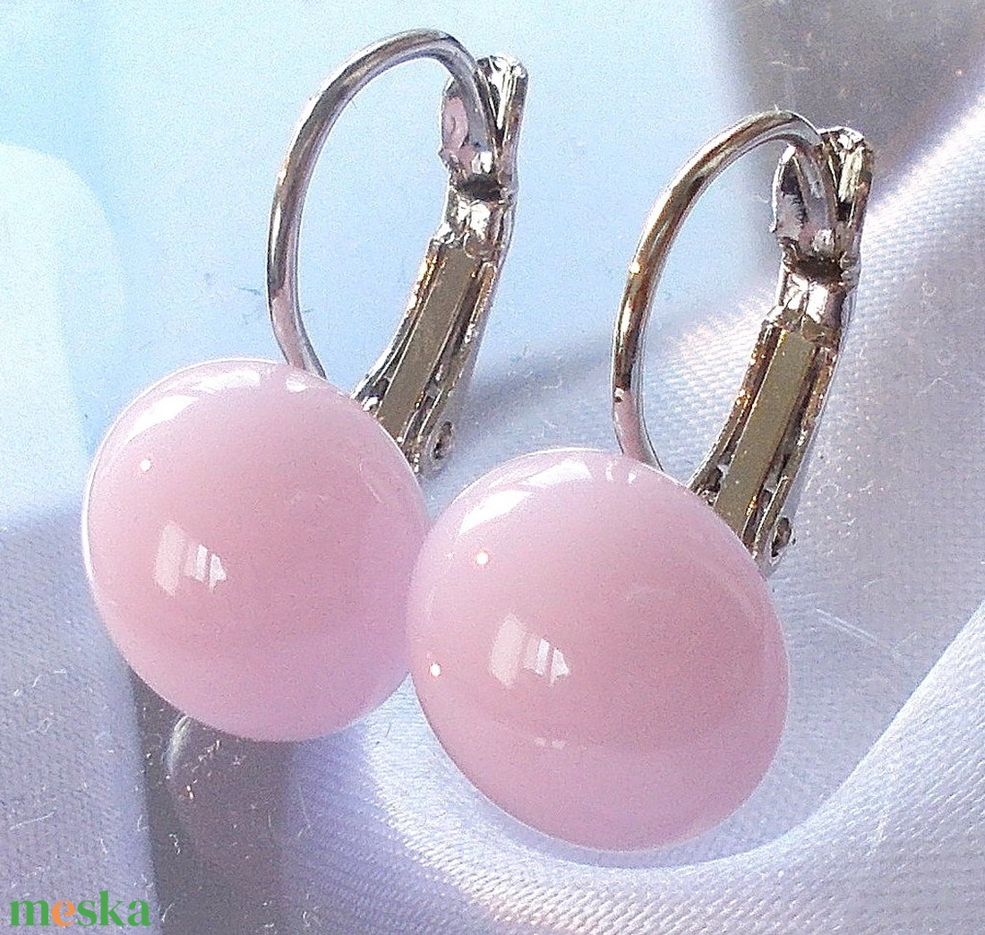AKCIÓ! Selyem fényű rózsaszín üveg fülbevaló, ajándék nőknek névnapra, születésnapra.  - Meska.hu