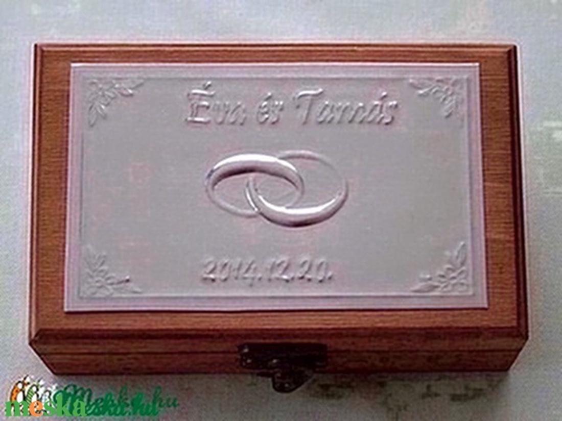 Gyűrűtartó doboz dombornyomott fémlemezzel, exkluzív béléssel (Dobozmanufaktura) - Meska.hu