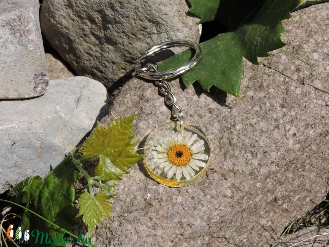 Mirian - Kör alakú fehér virágos medál/kulcstartó (Dolorien) - Meska.hu