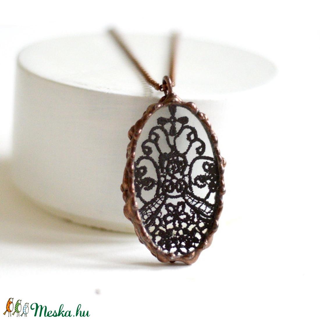 Csipke medál - Fekete - elegáns viselet -bronz keret - esti viselet - alkalomra kiváló - nőies darab - különleges ékszer (Ediartglass) - Meska.hu