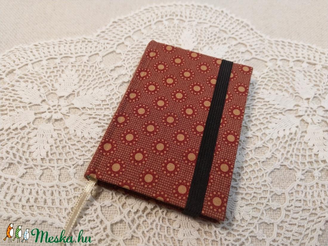A/7 Téglavörös pöttyös, gumis notesz - otthon & lakás - papír írószer - jegyzetfüzet & napló - Meska.hu