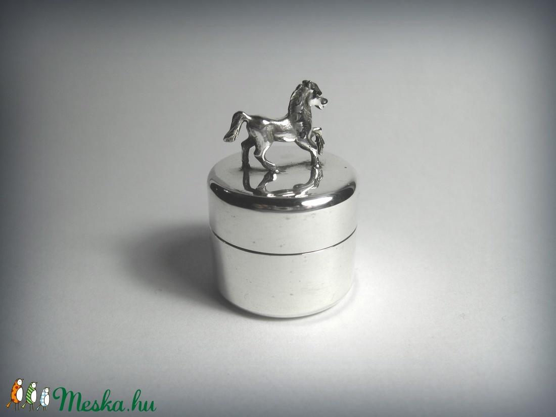 ÚJDONSÁG! Lóval, lovacskával díszített ezüst dobozka (egszeresz) - Meska.hu