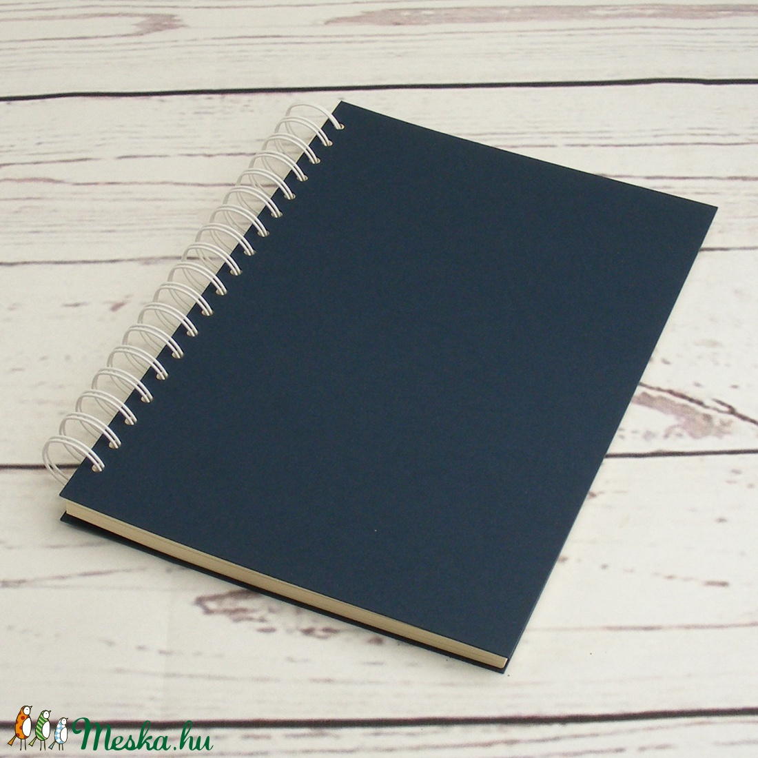 Sötétkék spirálfüzet fehér spirállal, B5 spirálozott füzet. Személyre szabható, névvel, keresztnévvel vagy monogrammal - otthon & lakás - papír írószer - jegyzetfüzet & napló - Meska.hu