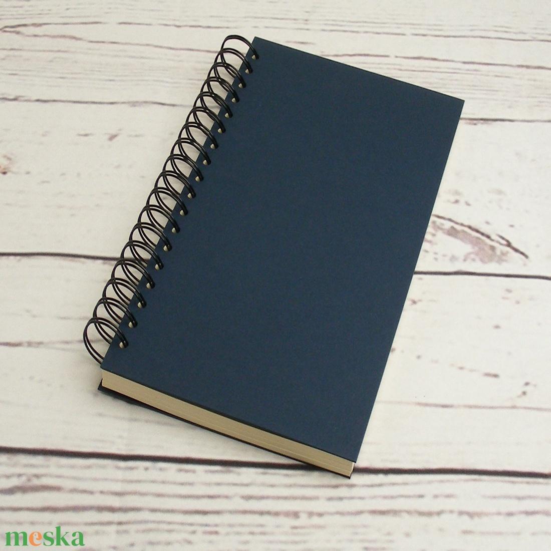 Sötétkék spirálfüzet, keskeny B5 spirálozott füzet. Személyre szabható, névvel, keresztnévvel vagy monogrammal - otthon & lakás - papír írószer - jegyzetfüzet & napló - Meska.hu
