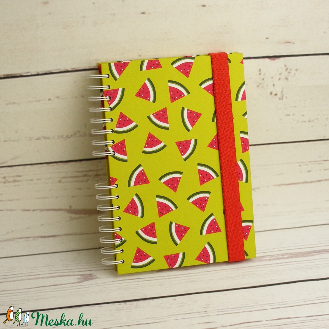 Dinnyés füzet, spirálfüzet kemény borítóval, spirálozott jegyzetfüzet, gyümölcsmintás notesz piros gumival, nyári színek - otthon & lakás - papír írószer - jegyzetfüzet & napló - Meska.hu