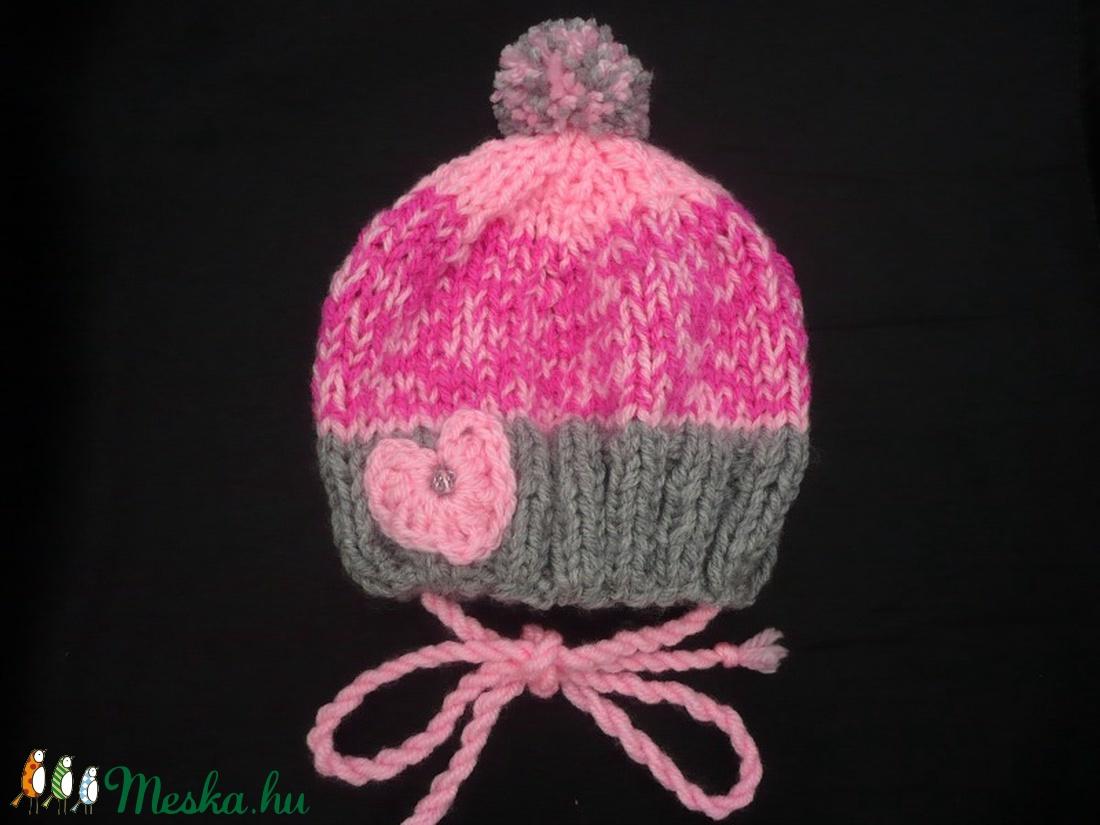 Rózsaszín-szürke kötött kislány, baba sapka, ajándék - ruha & divat - babaruha & gyerekruha - babasapka - Meska.hu