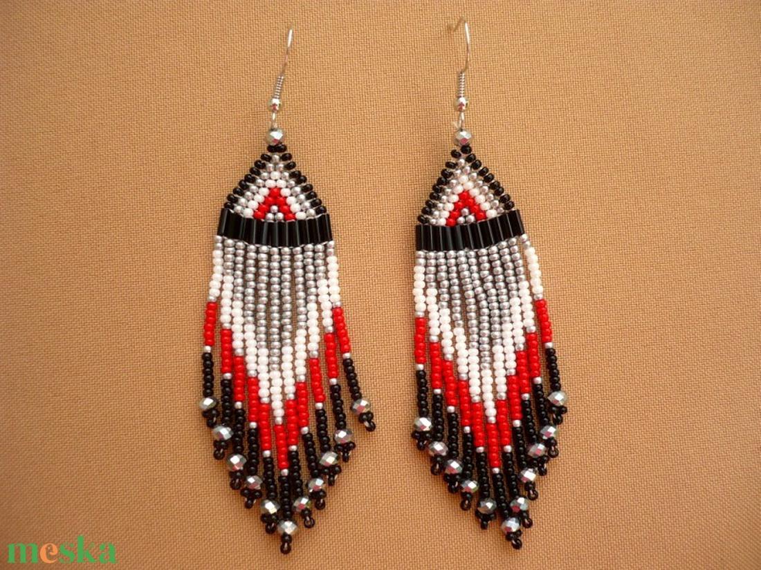 fekete-fehér-ezüst-piros hosszú lógós gyöngy fülbevalók, ajándék - ékszer - fülbevaló - csillár fülbevaló - Meska.hu