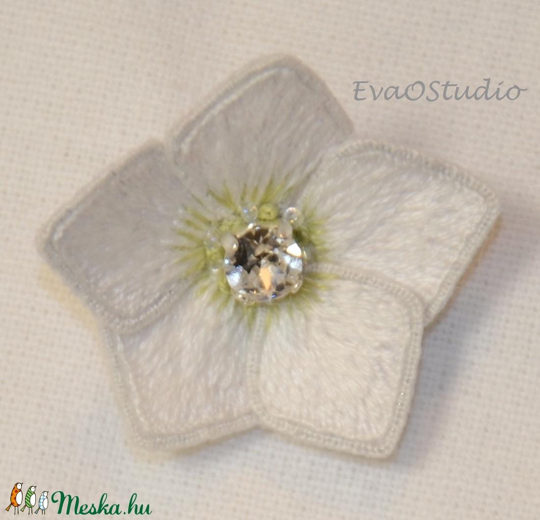 3D hímzett fehér hunyor virág bross, kitűző (EvaOStudio) - Meska.hu