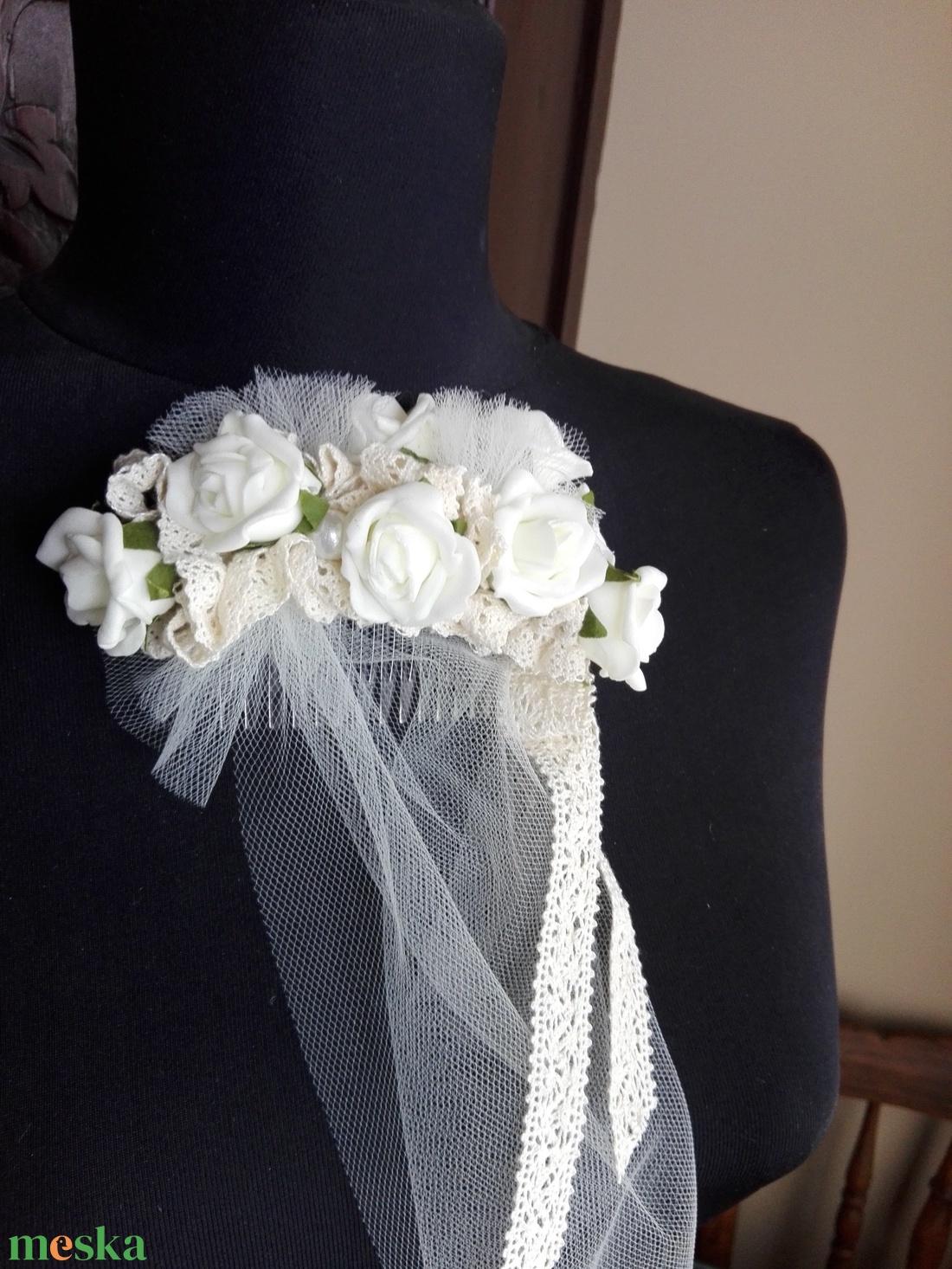 Rózsás hajdísz fátyollal esküvőre - esküvő - hajdísz - fésűs hajdísz - Meska.hu