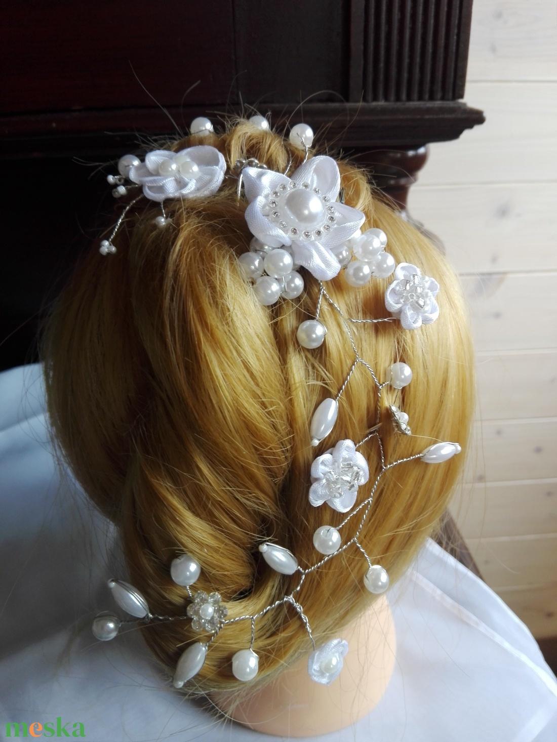 Hajdísz fehér virágos,esküvőre - esküvő - hajdísz - kontydísz & hajdísz - Meska.hu
