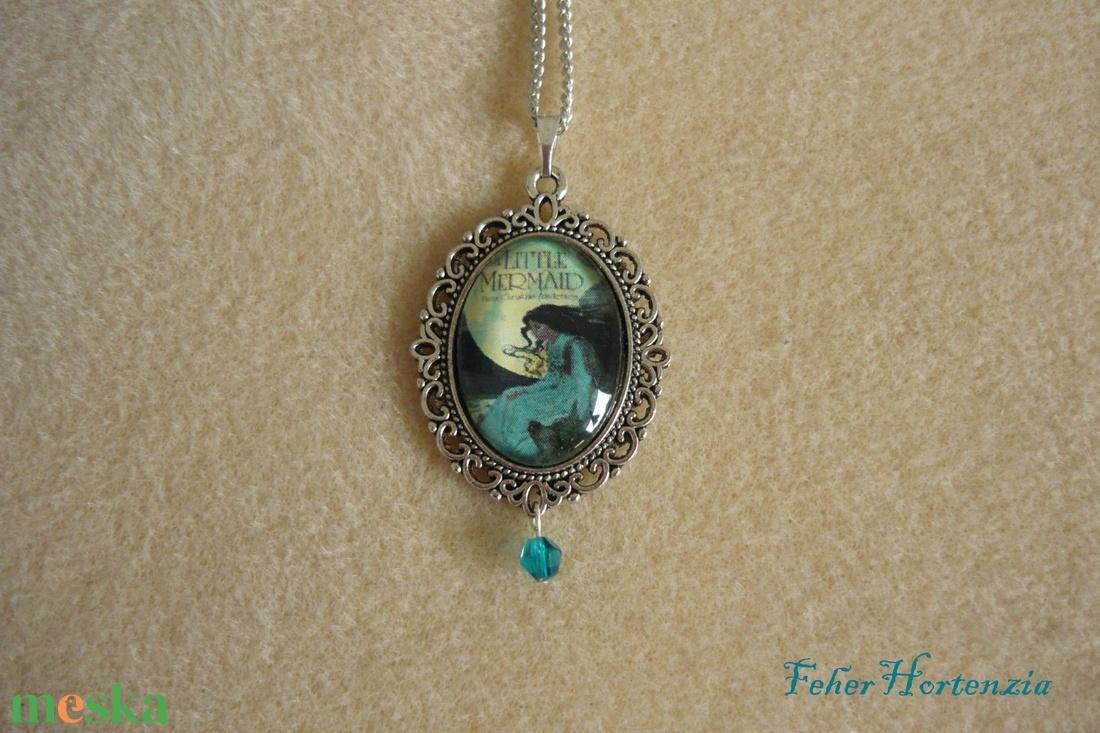 Kis hableány nyaklánc kék gyönggyel (csipkés, ezüst színű, 18 X 25 mm-es képpel)  - ékszer - nyaklánc - medálos nyaklánc - Meska.hu