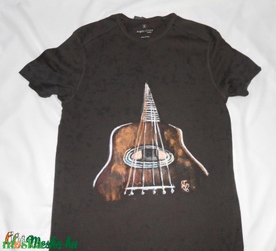 Gitár egyedi kézzel festett póló rendelő által biztosított darabra ( Fiffancsi) - Meska.hu 1c7cab614d