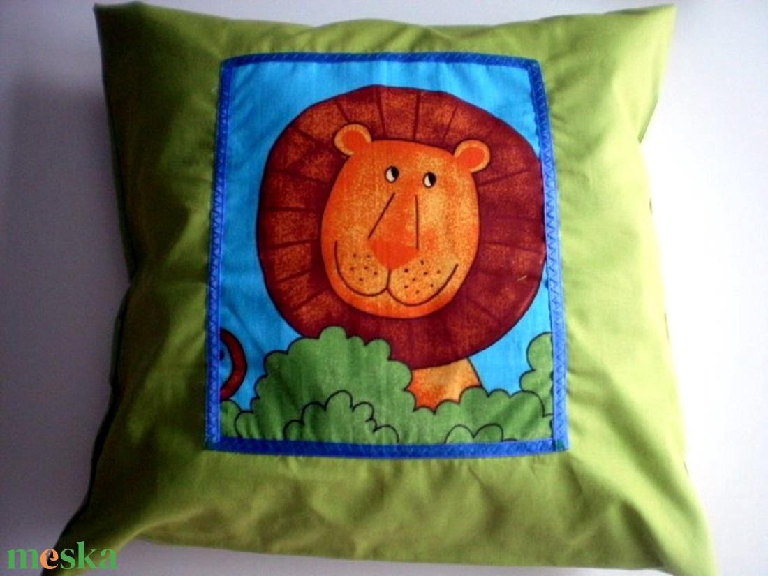 Dzsungelmánia...Pisztáciazöld majmocskás, zsiráfos, krokodilos, oroszlános és elefántos párnák  - otthon & lakás - lakástextil - párna & párnahuzat - Meska.hu
