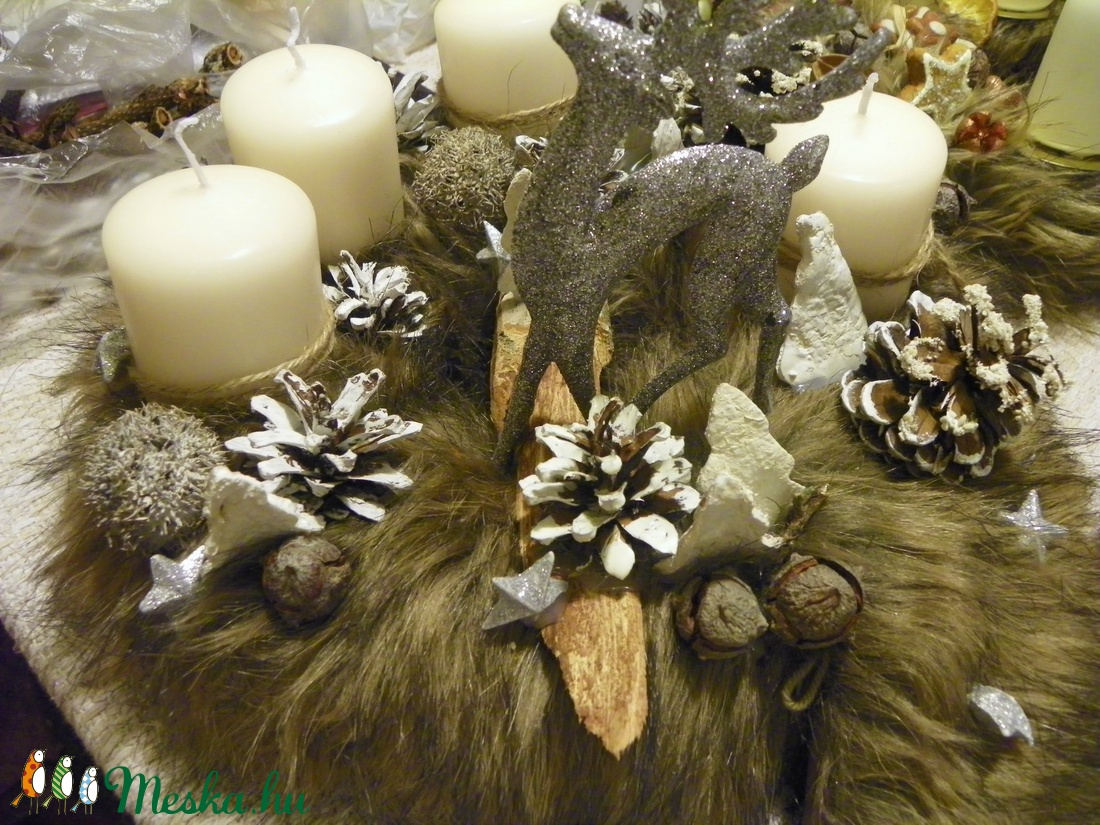 MERRYCHristmas-SZŐRMÉS adventi koszorú,asztaldísz rénszarvassal - karácsony - adventi díszek - adventi asztaldísz - Meska.hu