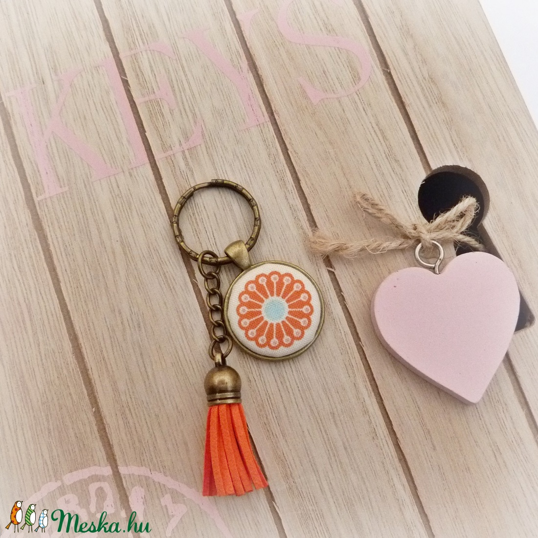 Narancsvirág - textilgombos kulcstartó  (Gubancbolt) - Meska.hu