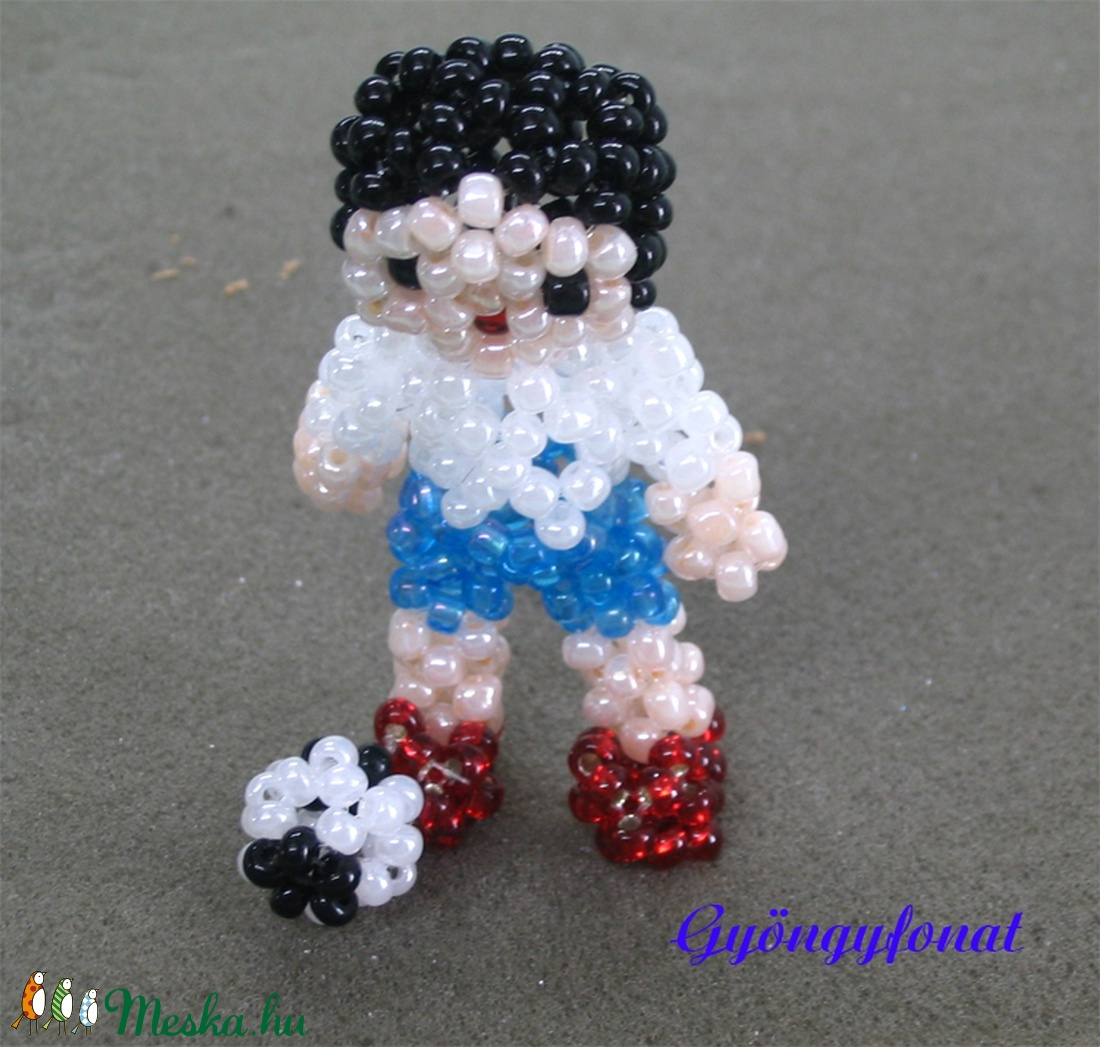Focista fiú gyöngyből, kabalafigura (gyongyfonat) - Meska.hu